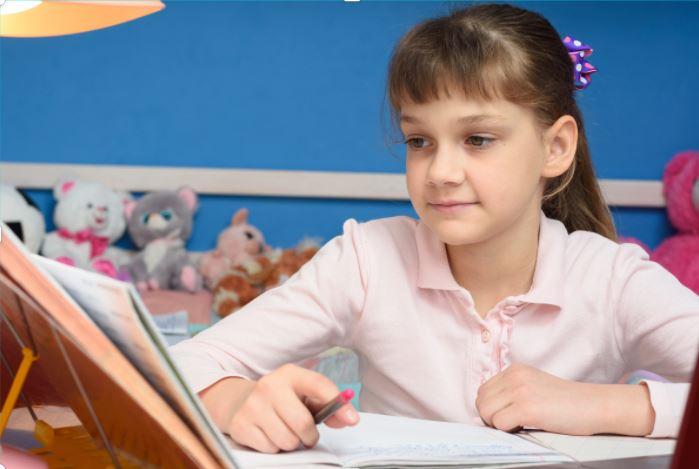 Accompagner son enfant qui apprend à distance : des capsules vidéo destinées aux parents